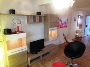 Wohnzimmer mit Flachbilschirm und Radio.