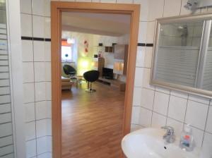 Blick aus dem Bad ins Wohnzimmer
